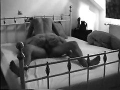 Энергичный домашний секс озабоченных любовников в постели на белой простыни