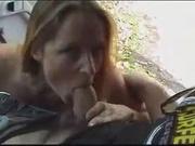Французская красотка залезла в салон машины для любительского секса с водителем
