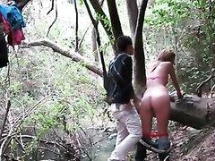 На природе латинская парочка получает удовольствие от дружеского секса