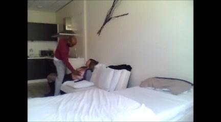 В постели зрелая немка балдеет от домашнего секса с мускулистым негром