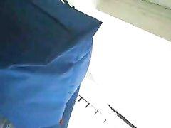 Любитель подглядывать снимает видео ловя горячие ракурсы под юбками дамочек