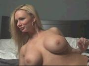 Блондинка с идеальными сиськами в домашнем видео позирует голой в соло сцене
