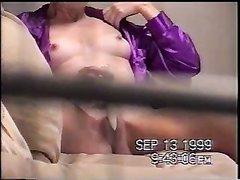 Зрелая дама для подглядывающего мужа дрочит киску любимой секс игрушкой