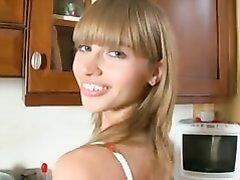 Худая русская домохозяйка для любительской мастурбации использует секс игрушку