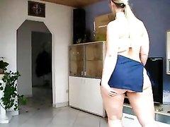 Упитанная домохозяйка в жарком видео медленно разделась и вертит жирную попку