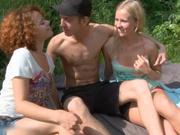 Молодая русская пара пригласила рыжую кралю на пикник для любительского секса втроём