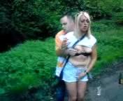 Курящую британку в лесочке трахает незнакомец любящий секс на природе