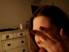 Белая красотка в межрассовом видео делает любительский минет негру для буккакэ