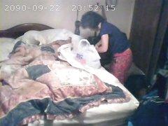 Утренняя домашняя мастурбация зрелой дамы снята на видео в спальне скрытой камерой