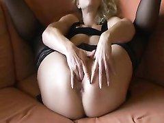 В немецком видео зрелая блондинка в чулках устроила любительскую мастурбацию