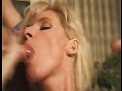 Секс втроём с грудастой и зрелой блондинкой понравился молодым любовникам