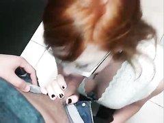 Рыжая студентка в очках в любительском видео от первого лица отсасывает член