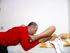 Молодая смуглянка в анальном видео долбится в попу с любовником в постели