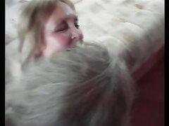 Голодная блондинка в домашнем видео отсасывает член для бурного буккакэ