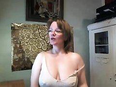 Зрелая домохозяйка нашла любовника для виртуального секса по вебкамере