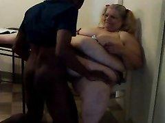 Белая толстуха в домашнем видео пытается кончить от язычка и чёрного члена негра