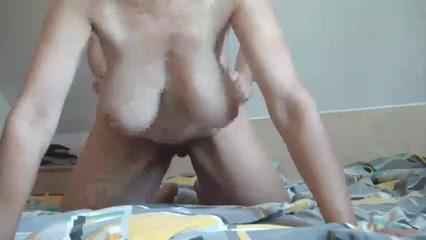 Зрелая немка с обвисшими сиськами в домашнем видео отдаётся на карачках