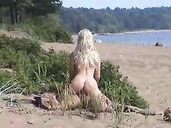 Блондинка на пляже нашла достойного кандидата для любительского секса на свежем воздухе
