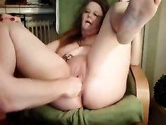 Зрелая пышка в любительском видео завелась от фистинга и мастурбации киски