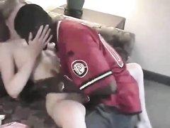 Негр в домашнем видео лижет киску белой студентки и суёт в дырку чёрный член