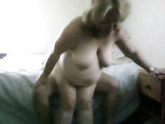 Толстая и зрелая немка с негром развлекается в домашнем видео в своей спальне