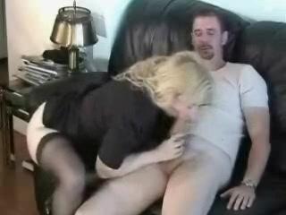 Упитанная зрелая блондинка напросилась на домашний секс с окончанием внутрь