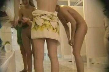 В общем душе скрытая камера снимает любительское видео с голыми сотрудницами