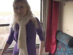 Блондинка с круглой попой в жарком видео с усердием строчит любительский минет