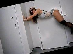 Домашний стриптиз от фигуристой танцовщицы в сапогах и нижнем белье снят на видео