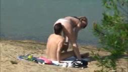 Влюблённая пара утром пришла на песчаный пляж для секса на свежем воздухе