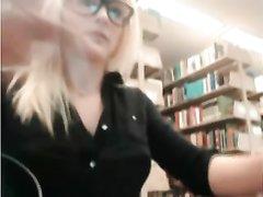 Блондинка в очках в библиотеке занята любительской мастурбацией с секс игрушкой