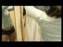 Упитанная итальянка с широкими бёдрами в домашнем видео дрочит киску не снимая трусиков