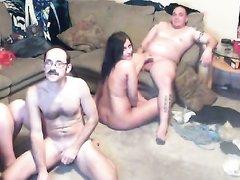 Напротив вебкамеры супружеские пары свингеров начали домашний групповой секс