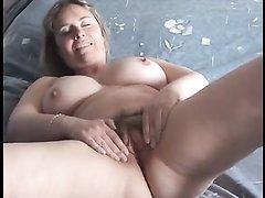 В видео крупным планом зрелая красотка показывает любительскую мастурбацию