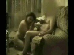 В турецком любительском видео горячая пара страстно трахается на диване