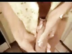 Любовник в анальном видео крупным планом трахает в попу зрелую партнёршу