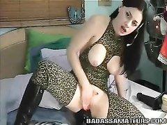 Чёрная секс игрушка пригодилась для любительской мастурбации озабоченной даме