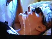 Проститутка в очках для домашнего видео с буккакэ жадно отсасывает член