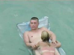 Загорелая дамочка на пляже нашла любовника для секса под открытым небом
