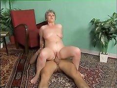 Любительский анальный секс со зрелой и упитанной немкой и соседом на полу
