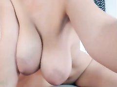 Фигуристая шалунья на вебкамеру устроила любительскую мастурбацию дырочек