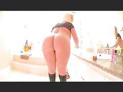 Блондинка с большой круглой попой для любительской анальной мастурбации купила секс игрушку