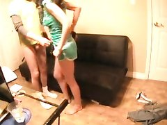 Секс парня с молодой соседкой на диване снимает любительская скрытая камера