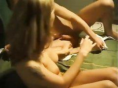 Фигуристая блондинка поклонница домашнего секса с нежными поцелуями