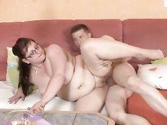 После нежного куни зрелая и толстая дама готова к сексу с молодым любовником