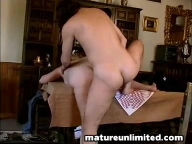 Зрелая и влажная домработница не отказала в сексе похотливому хозяину
