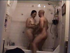 В ванной зрелая брюнетка добилась домашнего секса от скромного хахаля