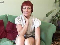 Рыжая зрелая британка взяла секс игрушку для домашней мастурбации киски