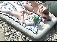 Влюблённая пара на пляже получает удовольствие от орального секса в 69 позе
