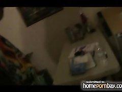 Парижанка в любительском видео виртуозно мастурбирует твёрдый член ухажёра